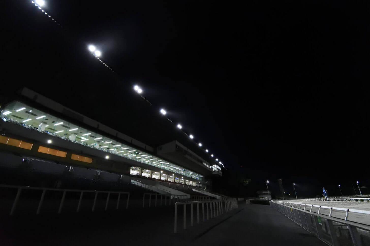ナイター照明に映える高知競馬場